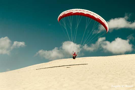 Paraglider auf der Dune du Pilat beim Küstenstart, Aquitanien