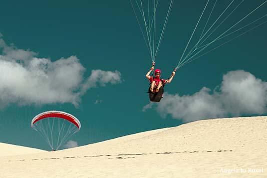 Fotografie: Zwei Paraglider beim Küstenstart auf der Dune du Pilat, Gleitschirmfliegen auf der Düne, Arcachon, Nouvelle-Aquitaine - Frankreich 2012