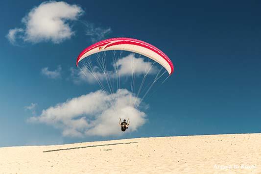 Dem Meer entgegen ... Ein Paraglider auf der Dune du Pilat in Aquitanien hebt ab, Arcachon, Nouvelle-Aquitaine - Frankreich 2012